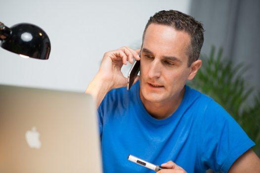 Richtig bewerben - Mann telefoniert mit Unternehmen